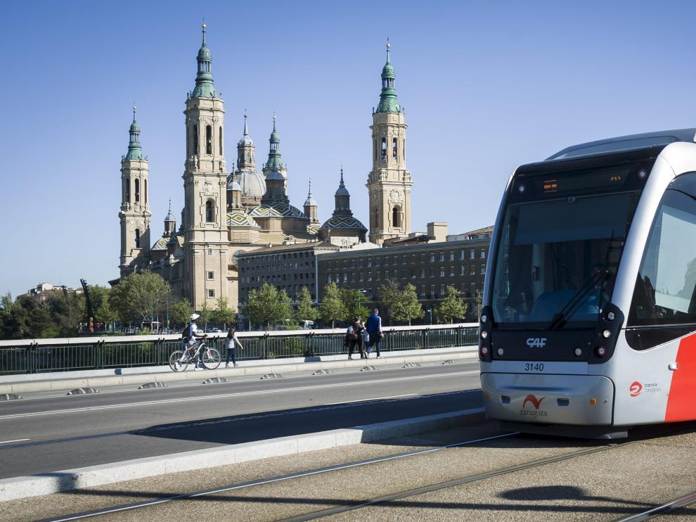 La línea 1 del tranvía, a su paso por el puente de Santiago