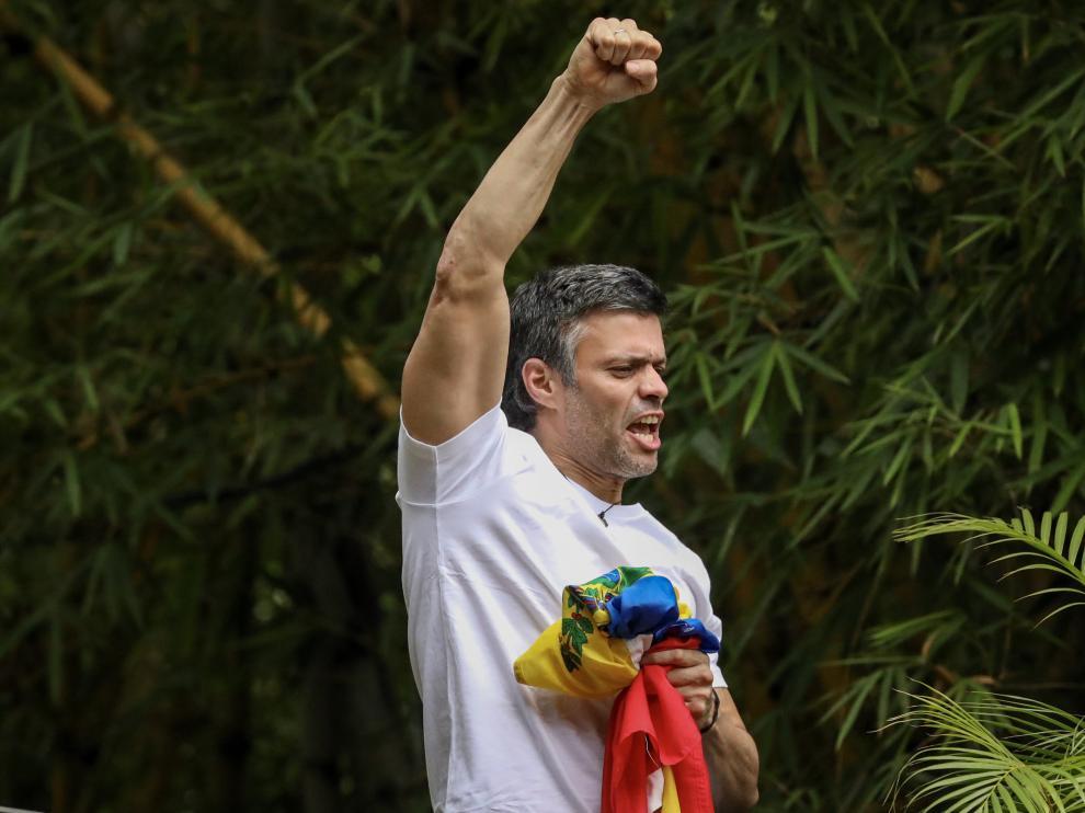 Leopoldo López saluda desde su casa tras salir de prisión