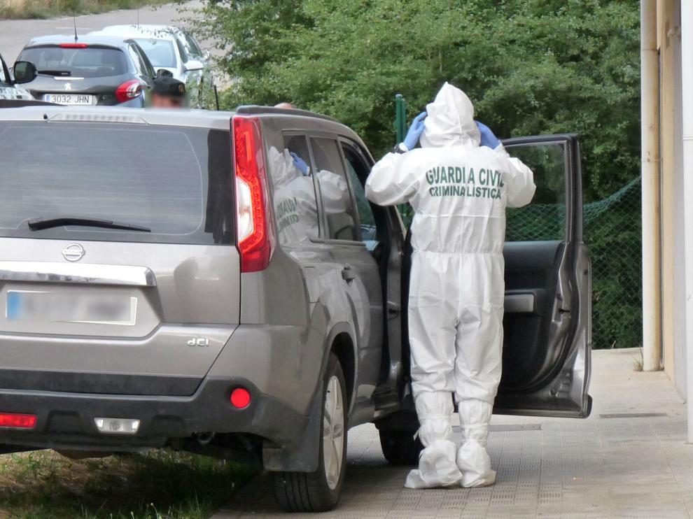 Un agente de la científica se prepara para entrar. La Guardia Civil pasó toda la tarde de ayer en el piso donde se produjo el suceso