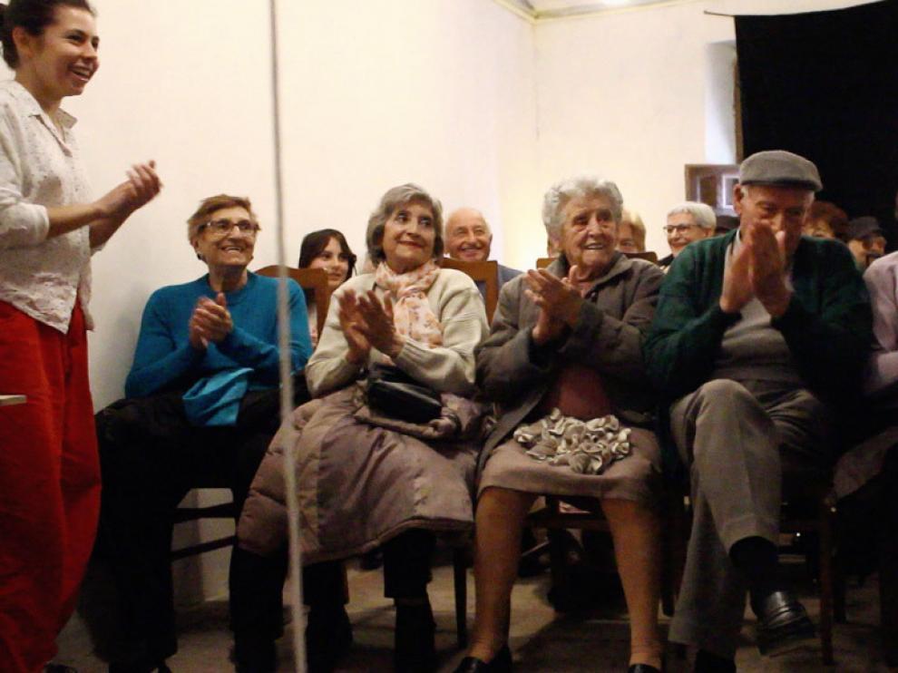 Los vecinos de Torralba de Ribota disfrutan de la presentación de la obra de una artista residente.