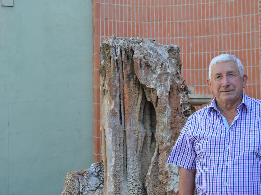 José Ayesa, alcalde de Novillas, fotografiado frente a la puerta del Ayuntamiento de la localidad