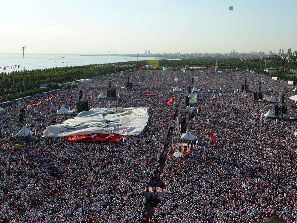 Multitudinaria marcha en Estambul.