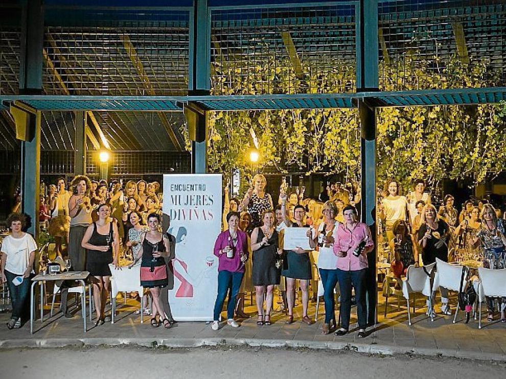 Las mujeres que asistieron a la cata de vinos y tapas.