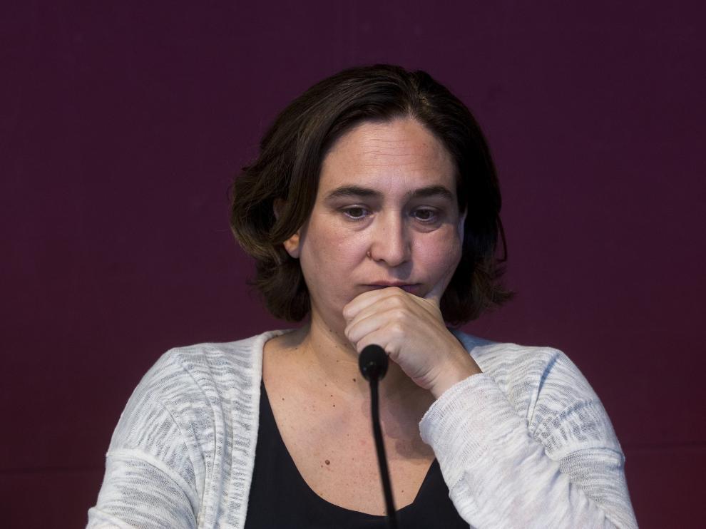 La alcaldesa de Barcelona, Ada Colau, atendiendo a los medios de comunicación.
