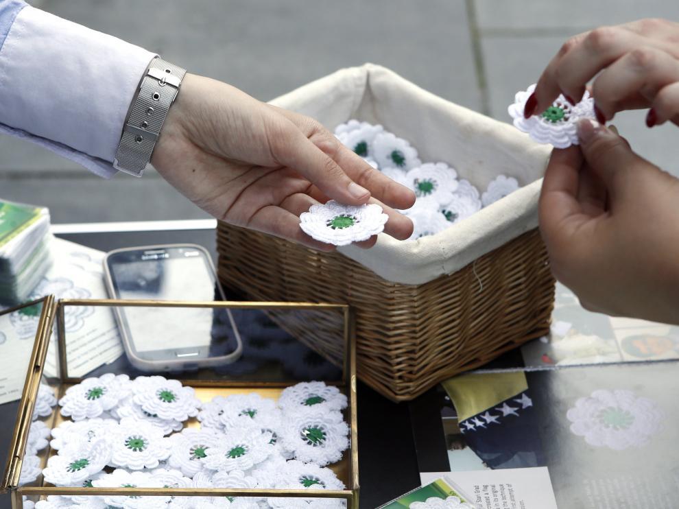 Una flor de hilo tejida a ganchillo, de once pétalos blancos y pistilo verde recuerda a las miles de víctimas de la masacre de Srebrenica.