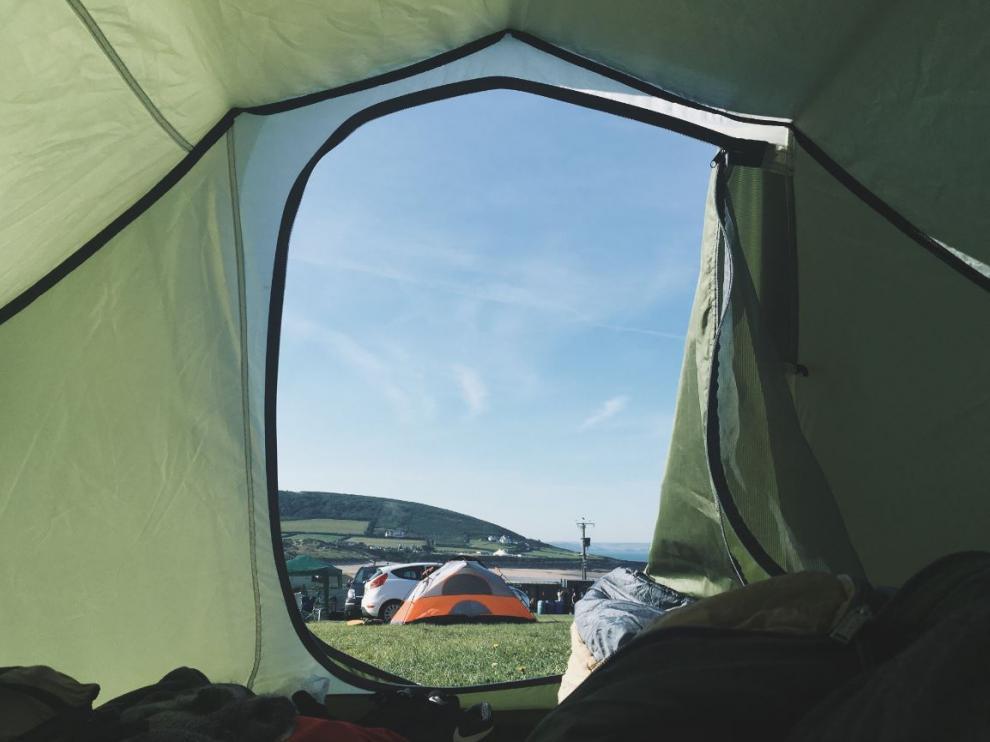 Vista del camping desde una tienda de campaña.
