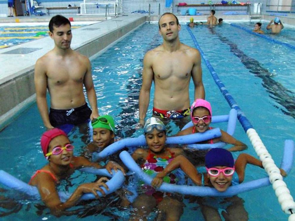 Enguia Mohamed-Nayem Did, la niña del centro, durante los cursillos de natación en el CN Helios.