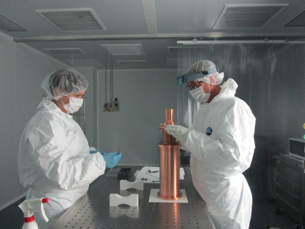 Los investigadores están acabando de calibrar los detectores de ioduro de sodio ultrapuro.