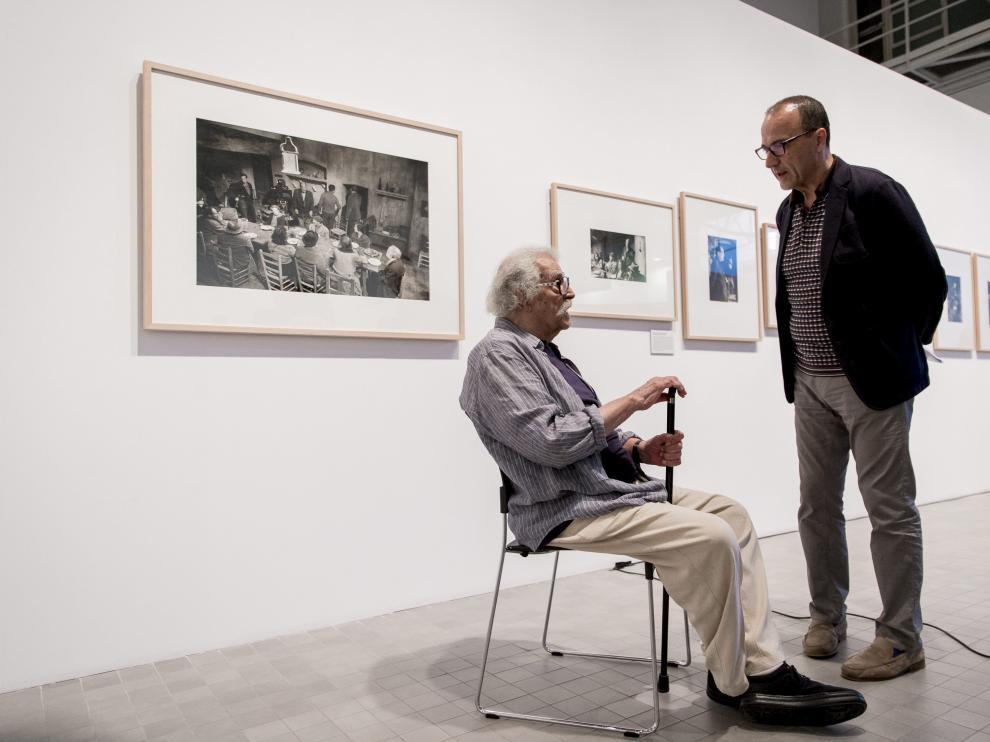 Masats -sentado- ha inaugurado este miércoles la exposición en Zaragoza.