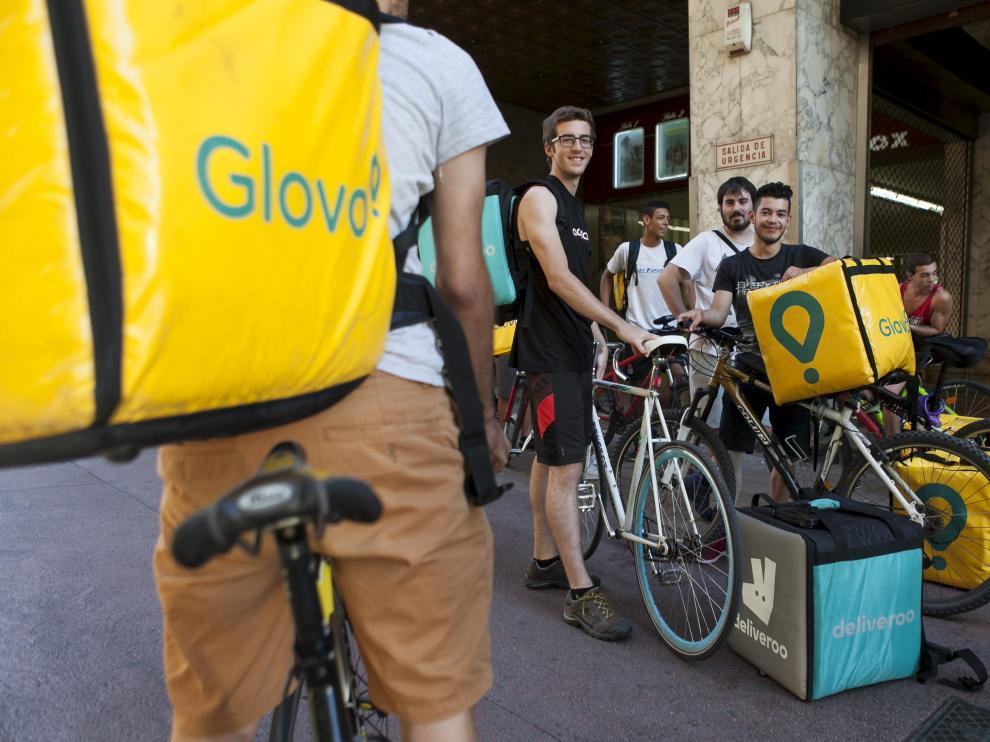 Repartidores de Glovo y Deliveroo, ayer en Zaragoza.