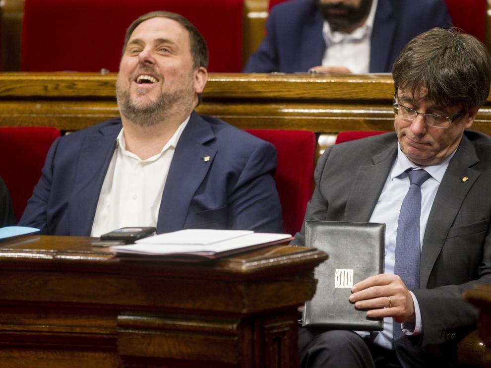 El presidente de la Generalitat, Carles Puigdemont,y el líder de ERC, Oriol Junqueras.