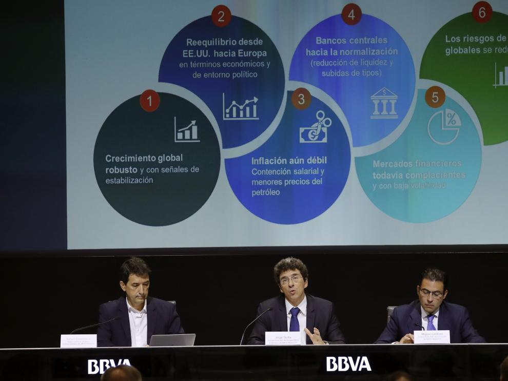 El responsable de Análisis Macroeconómicos de BBVA, Rafael Doménech, el jefe del Grupo BBVA y director de BBVA Research, Jorge Sicilia y el jefe para España en BBVA Research, Miguel Cardoso, este miércoles.