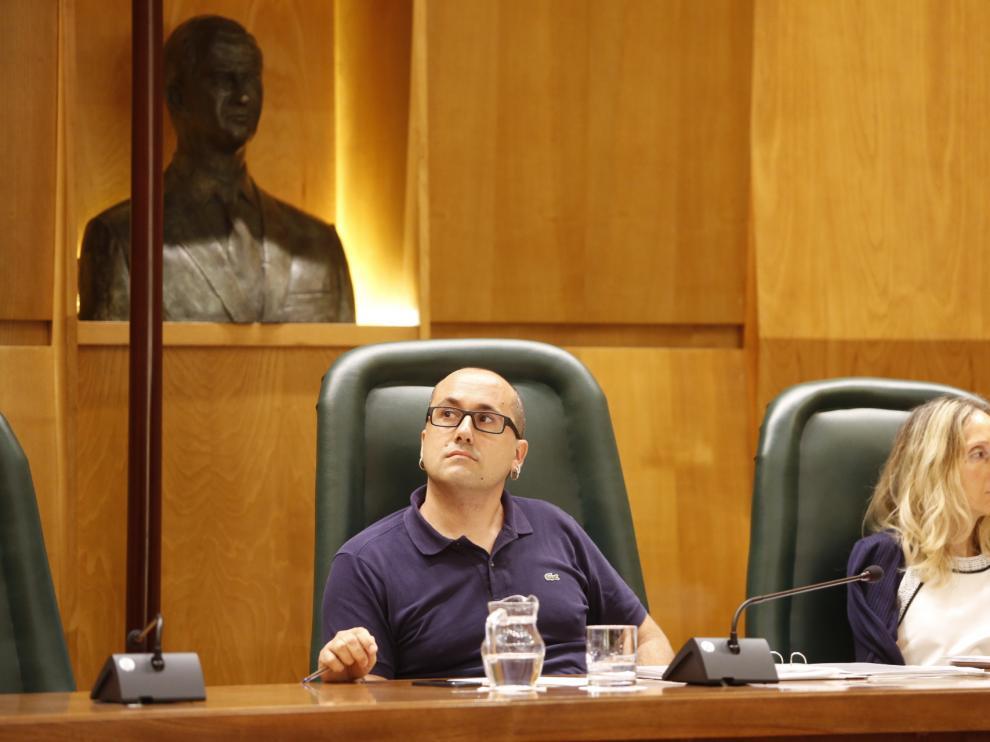 El concejal de Servicios Públicos, Alberto Cubero, y la coordinadora de su Área, Mamen Sancho, este jueves en el Ayuntamiento de Zaragoza.