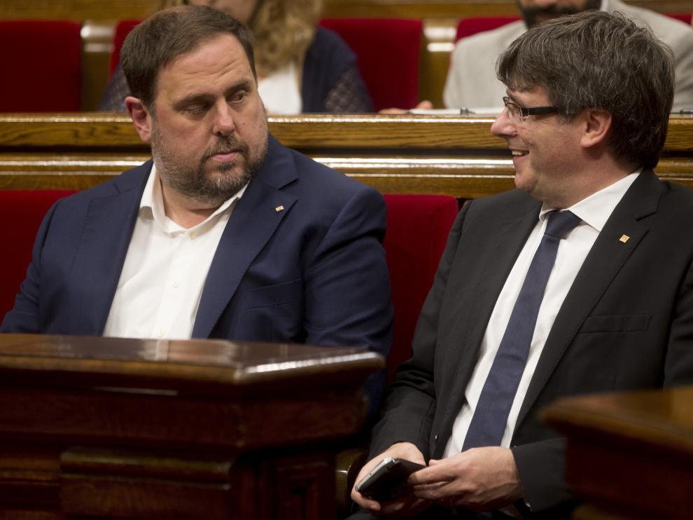 El presidente de la Generalitat de Cataluña, Carles Puigdemont , junto al vicepresidente Oriol Junqueras