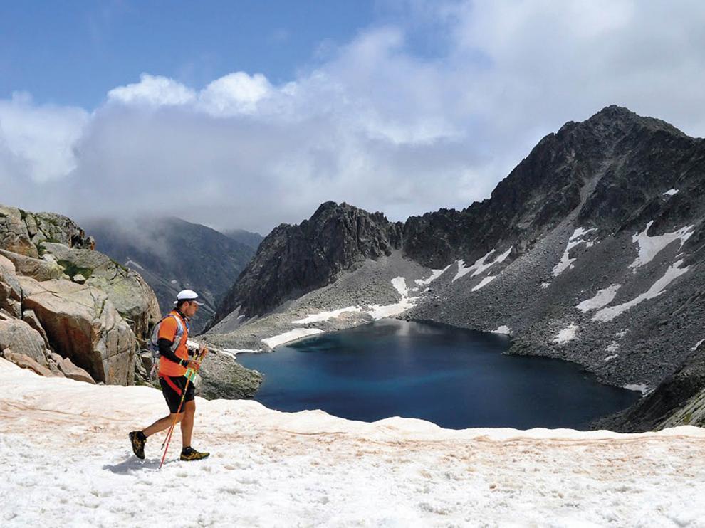 Corredor en la Vuelta al Aneto, atravesando un nevero a 2.706 metros.