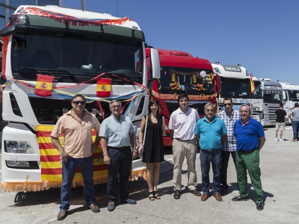 La junta directiva de Tradime Aragón, junto a los camiones que participaron en el concurso.