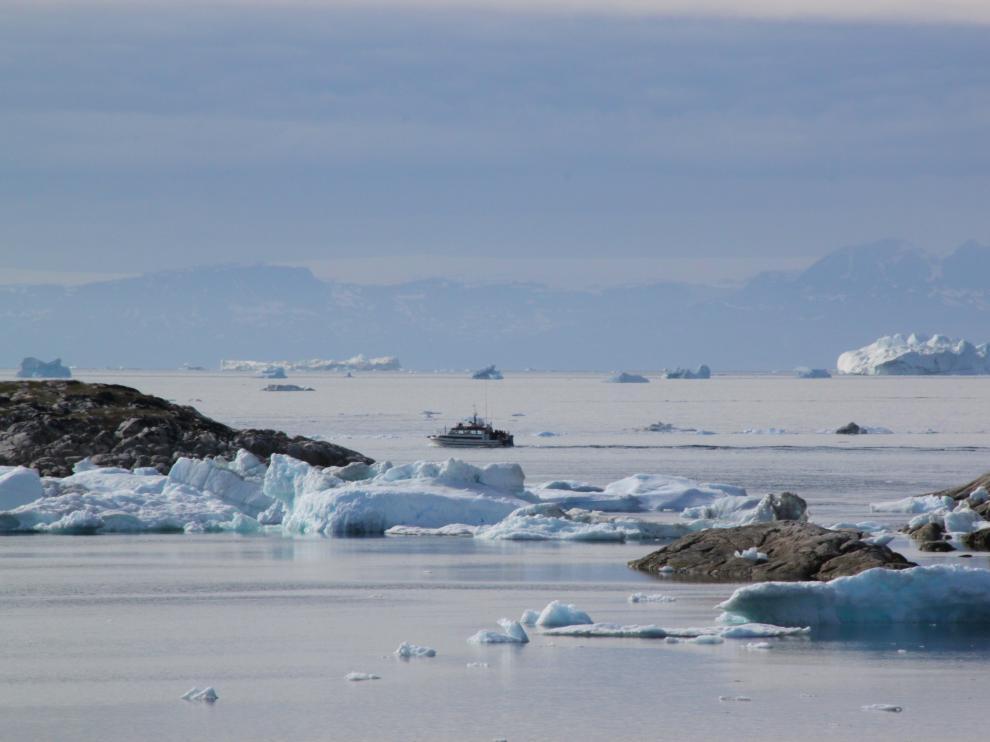 Barco en las inmediaciones de Ilulissat, donde flotan icebergs desprendidos del glaciar.