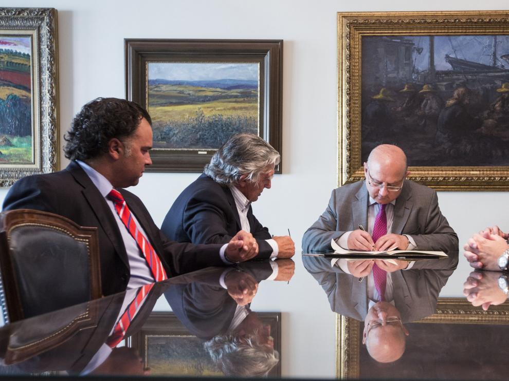 Acto de la firma notarial de la constitución de la Fundación Zaragoza 2032, el 17 de julio de 2014.