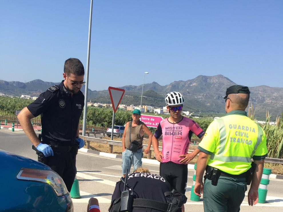 Ángel Vicioso con la Policía y la Guadia Civil en el momento del atropello.