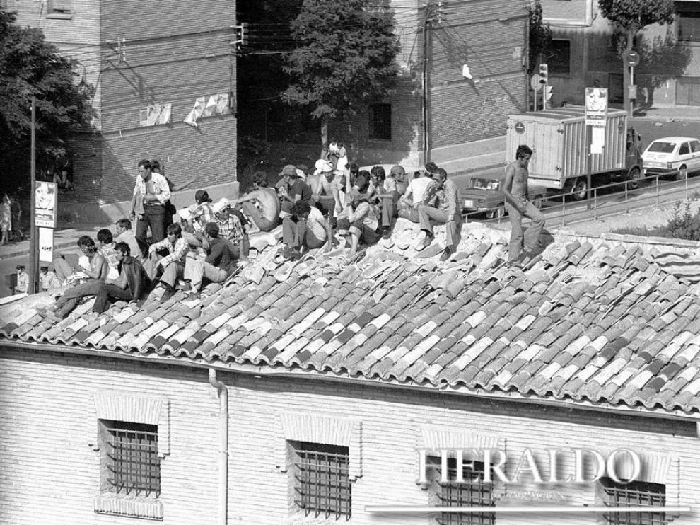 Los presos, en el tejado al que subieron durante su motín.