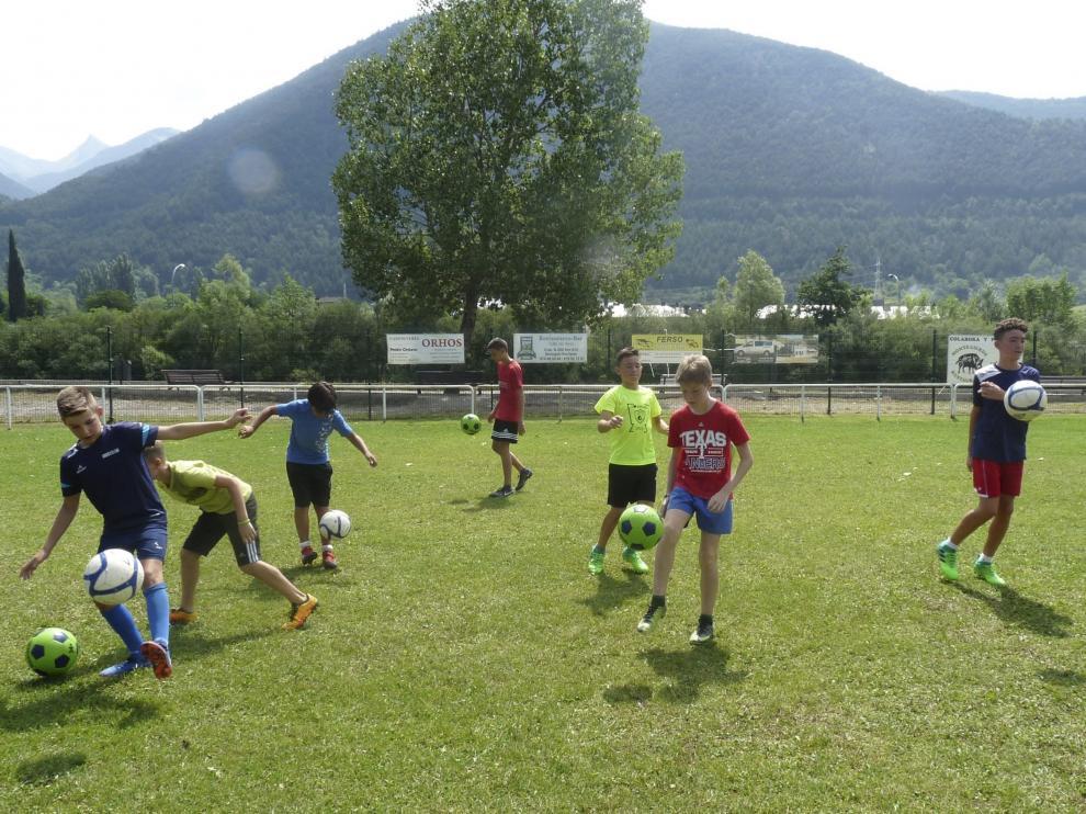 Participantes en el campus de fútbol Ibón de Plan, de Zaragoza, con 105 niños de 7 a 16 años.