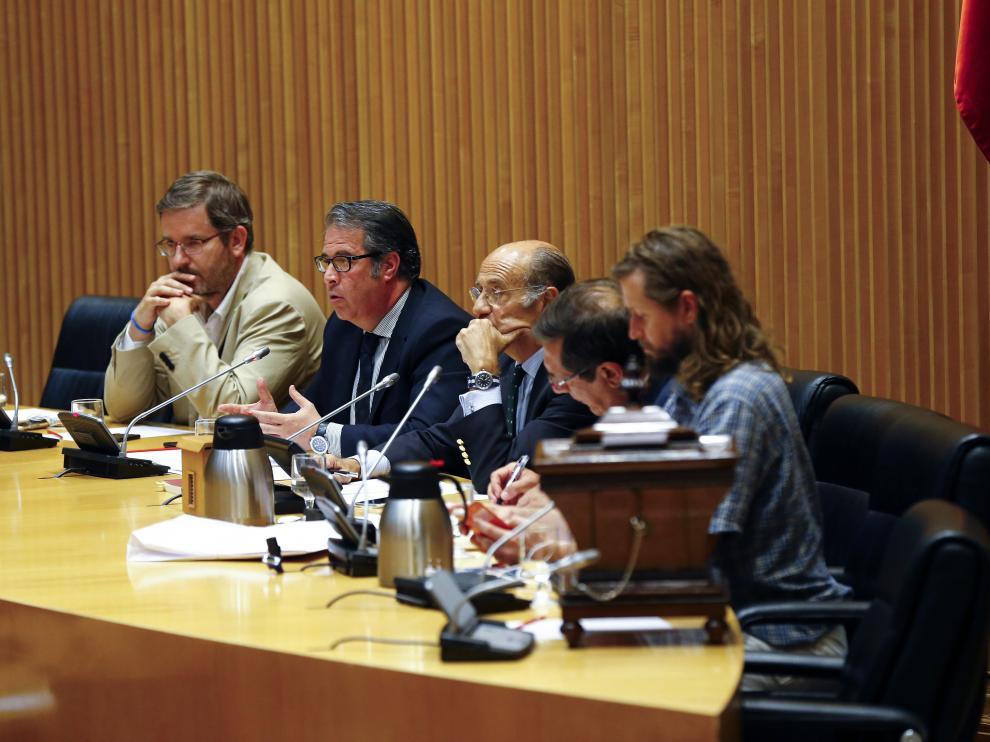 El director de la DGT, Gregorio Serrano –segundo por la izda.–, en el Congreso. A su dcha., Ignacio Urquizu.