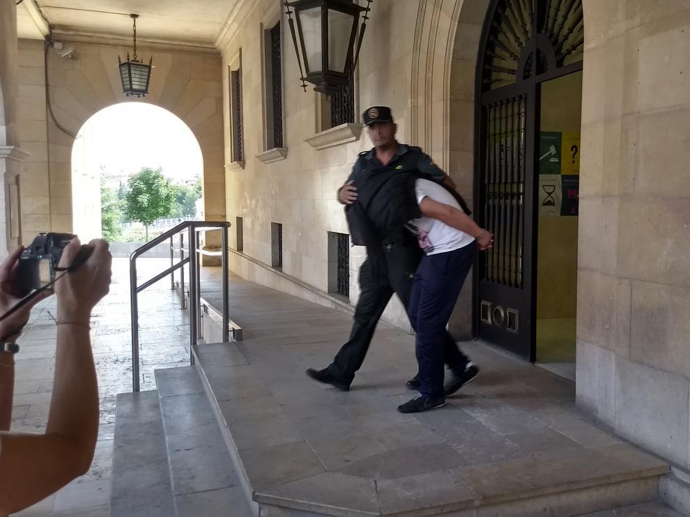 El detenido, conducido a prisión tras declarar ante el juez.