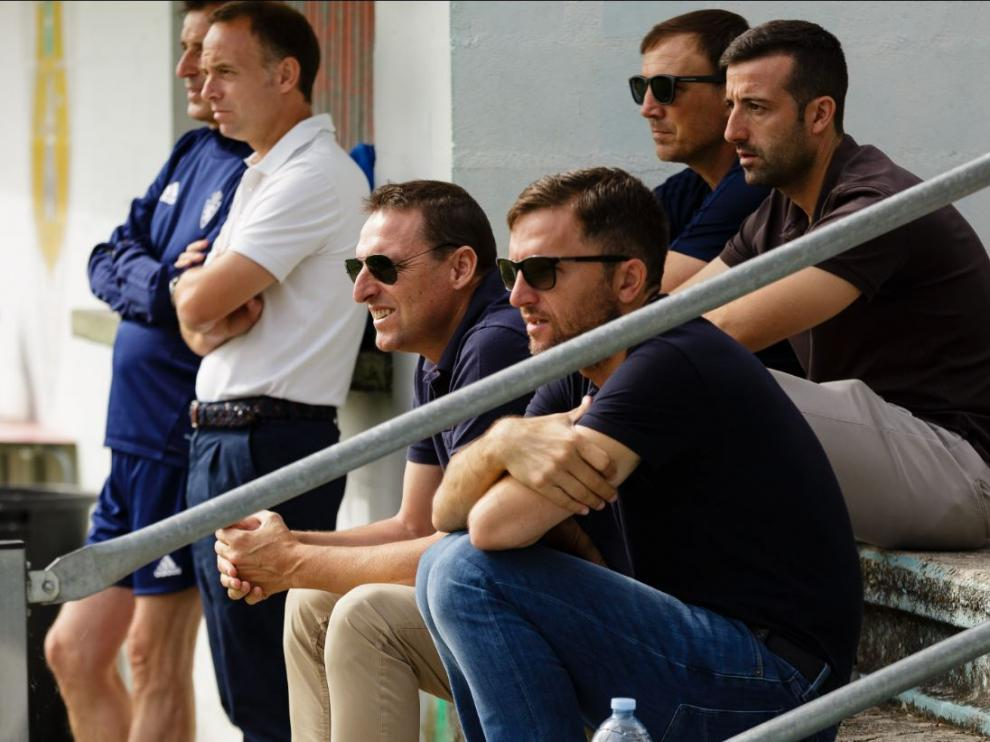 Christian Lapetra, de pie junto al doctor Honorio Martínez, con Cuartero, Lalo, Barba y Belsué sentados observando el entrenamiento matinal del Real Zaragoza este martes en Boltaña.