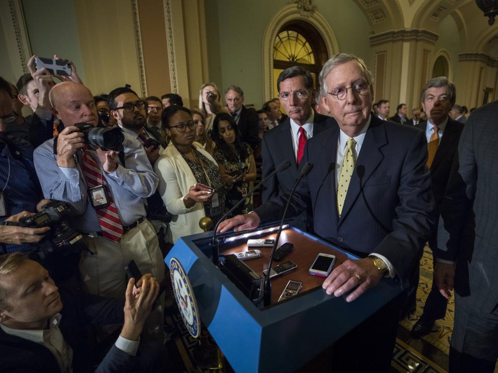 El senador republicano Mitch McConnell comparece ante la prensa después de que  sus colegas republicanos del Senado rechazaron la propuesta sobre el Obamacare.