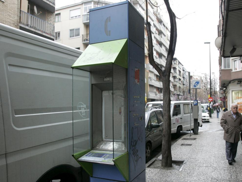 La retirada de las cabinas ha dejado postes de teléfonos así de tristes en las calles de pueblos y ciudades.