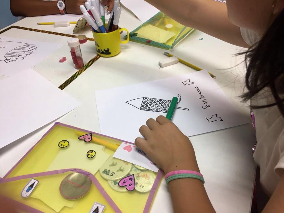 Las niñas trabajan con entusiasmo para realizar sus creaciones.