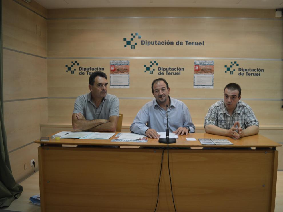 De izquierda a derecha: Francisco Abril, alcalde de Alfabmra; Ramón Millán, presidente de la  DPT; y Raúl Sáez, presidente de Arcatur.