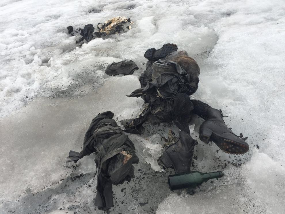Fotografía cedida por Glacier 3000 que muestra varias prendas de ropa y botas de Marcelin y Francine Dumoulin.