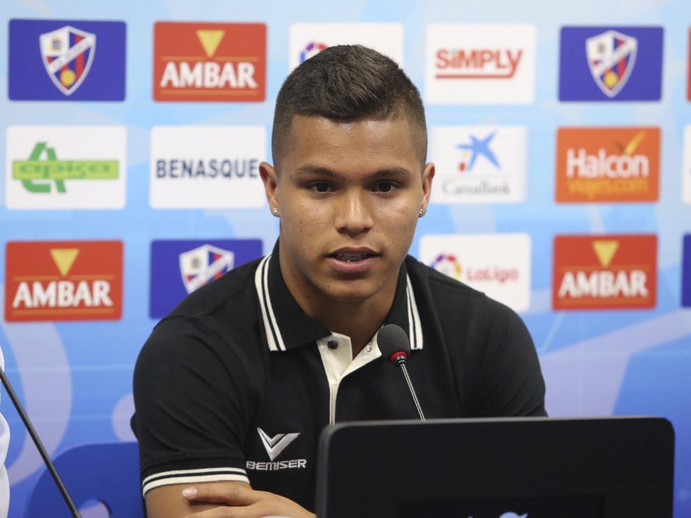 Cucho Hernández durante su presentación con el Huesca.