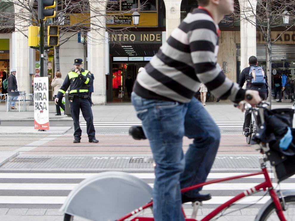 Un agente de la Policía Local, en el paseo de la Independencia.