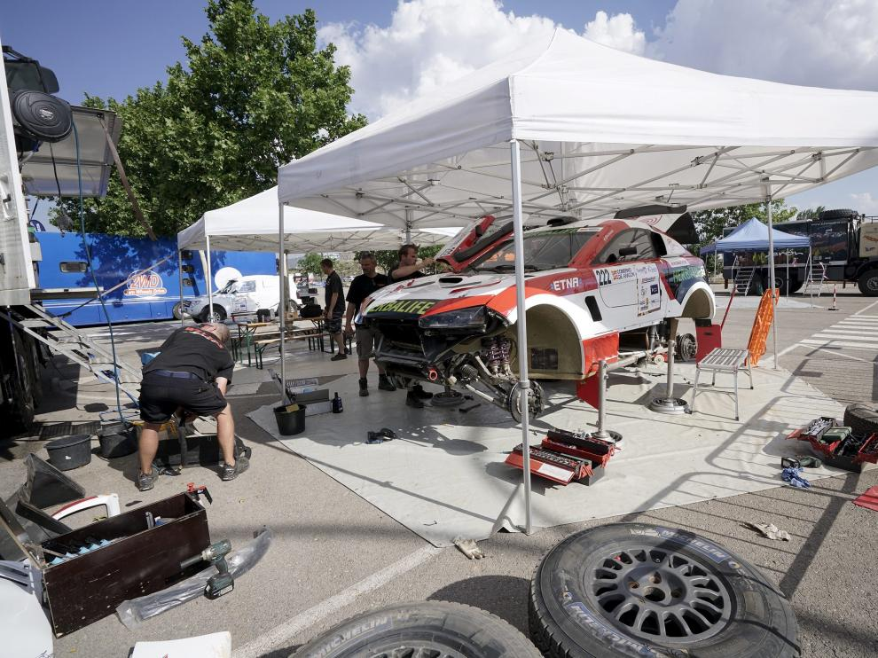 Los equipos de competición preparan los vehículos para el inicio de la carrera.