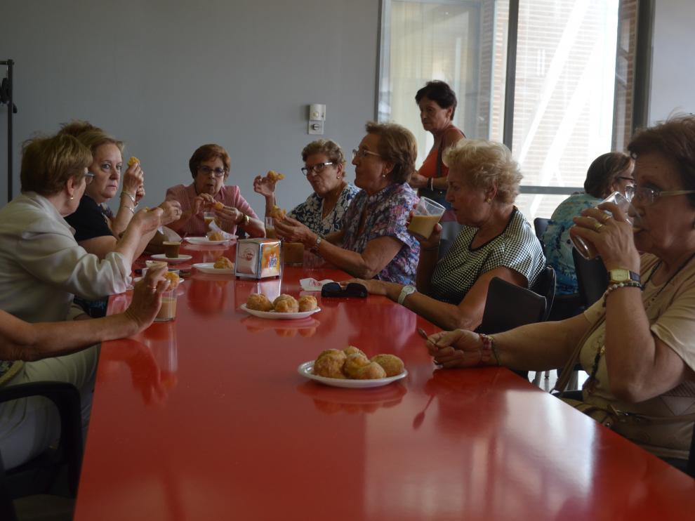 El taller de buñuelos contó con una veintena de mujeres.