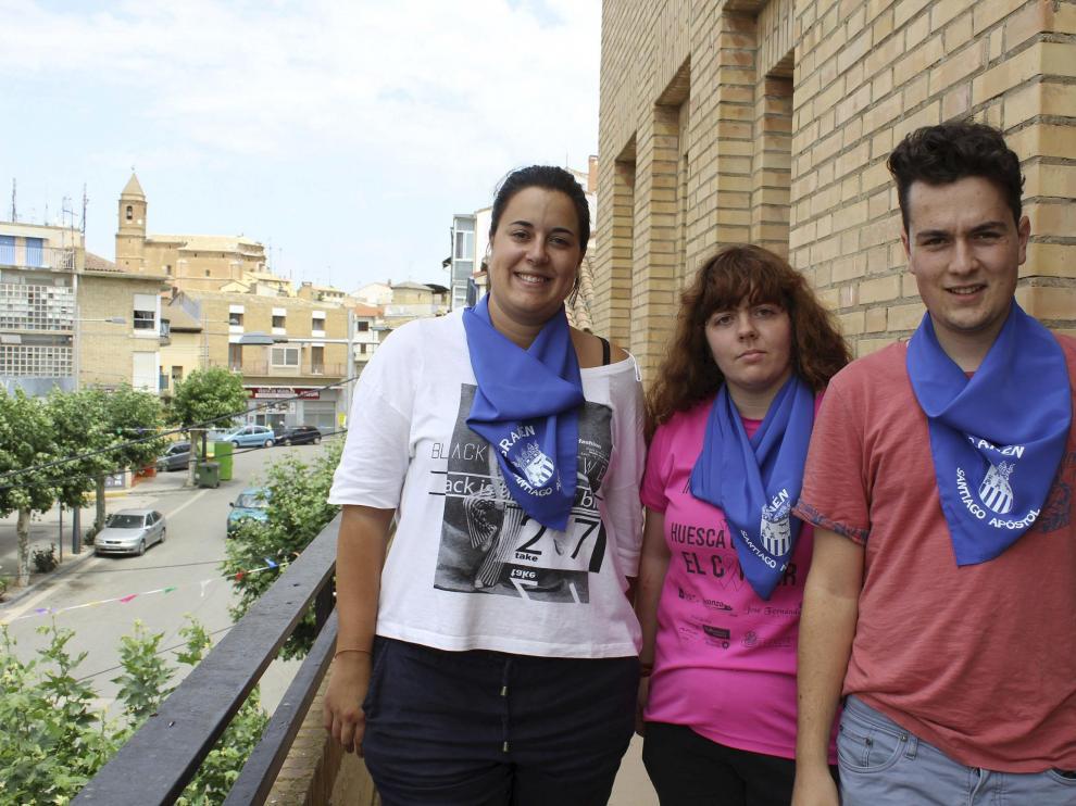 Itziar Laguna, presidenta de la comisión de Fiestas, y dos Quintos del 99, Isis Biarge y Borja Duerto.