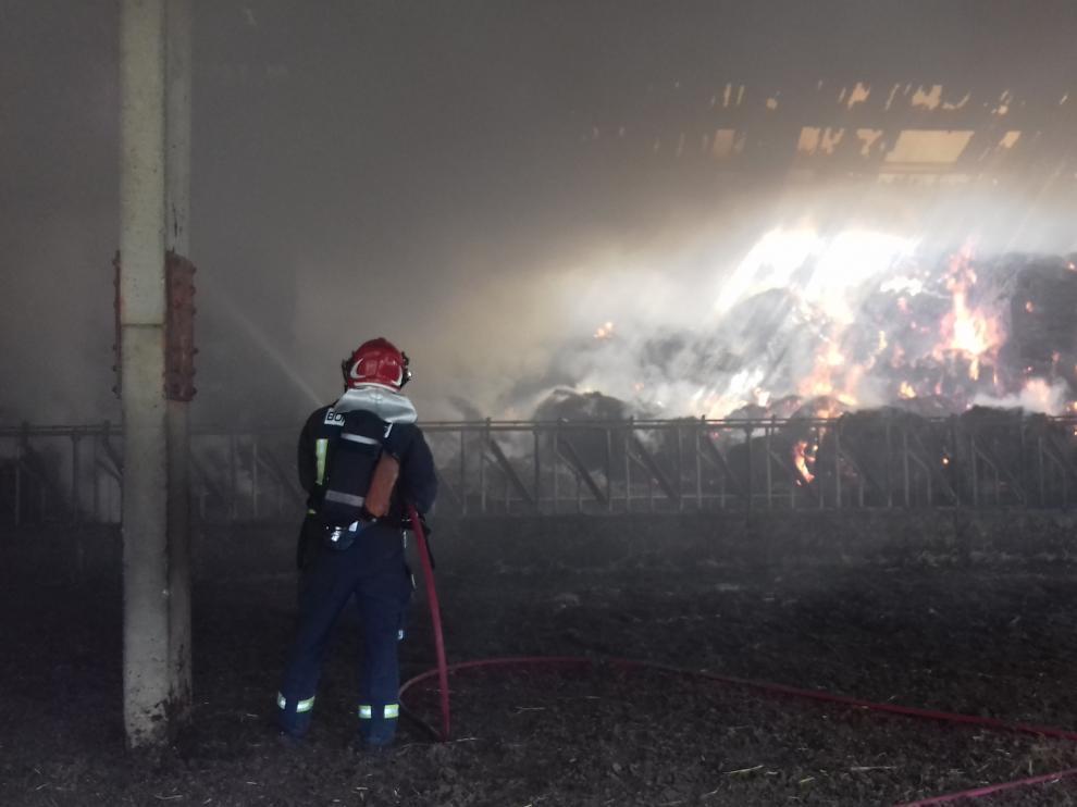 Los bomberos se afanaron en sofocar las llamas de la nave de Navarri.