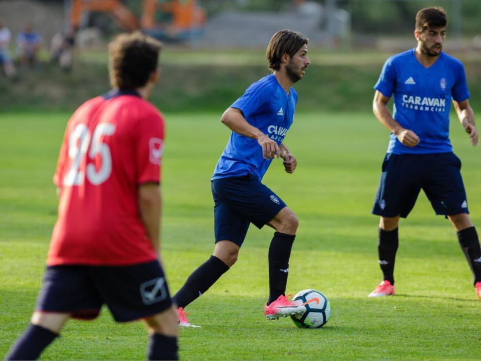 Buff conduce el balón, ante la mirada de Papunashvili, en el amistoso jugado este miércoles por el Real Zaragoza en Boltaña.