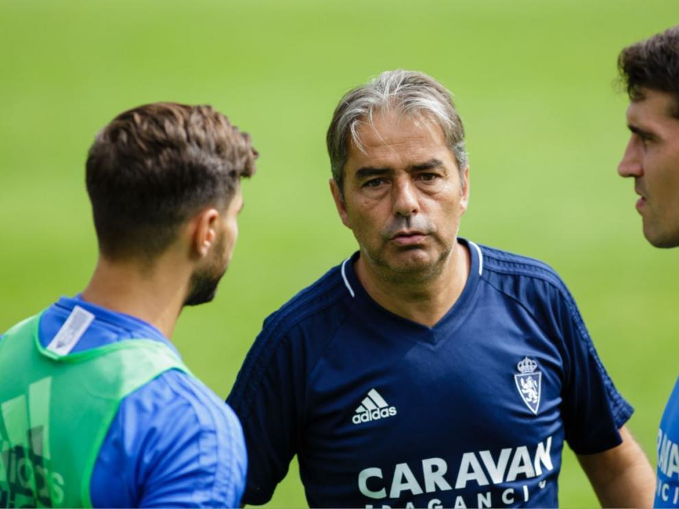 El entrenador del Real Zaragoza, Natxo González, habla con Zapater y Javi Ros en un aparte del entrenamiento de este miércoles en Boltaña.