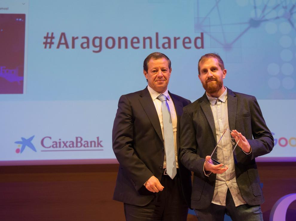 Federico Tartón, director de Telefónica en Aragón, se encargó de entregar el galardón a Héctor Mainar, de Fútbol Emotion.