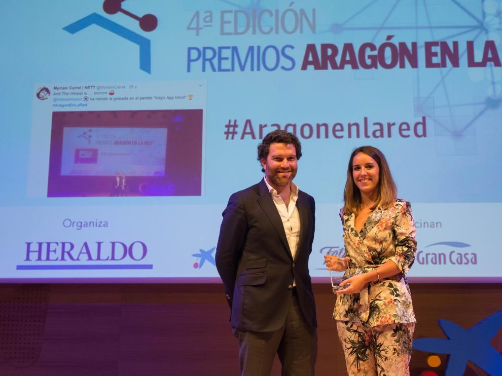 Idoia Macía, directora de Bam Bam Comunicación, recogió el galardón de manos de Iñigo de Yarza, vicepresidente de Henneo
