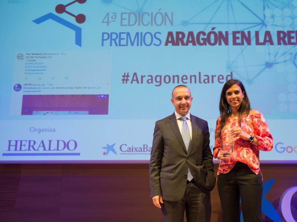 Isabel Rabal recogió el premio de manos de Raúl Marqueta, director territorial de Caixbank en Aragón y La Rioja