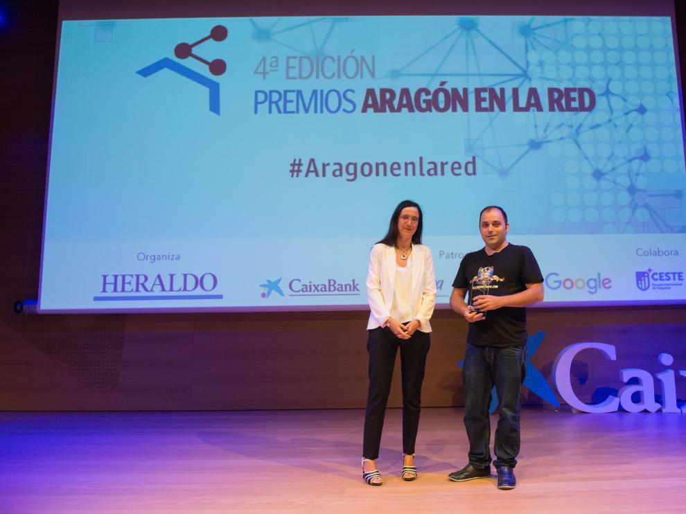 Carlos Gallego, autor de Cinemascomics, recibió el reconocimiento de Susana Betrán, gerente de Grancasa.