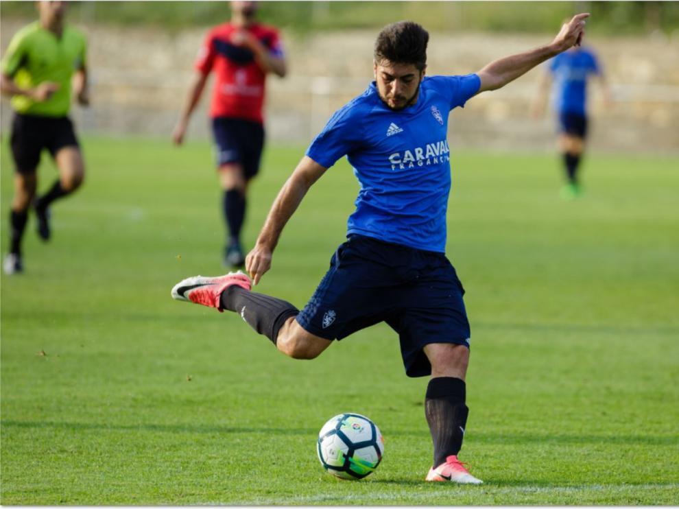 Papunashvili, en el lance donde logró marcar su gol al Boltaña este miércoles en el amistoso jugado en la localidad oscense.