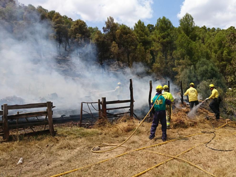 Efectivos trabajando en la extinción del incendio de Arens de Lledó.