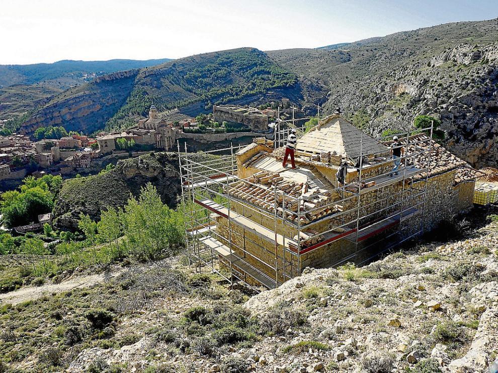 Desde la ermita, ya en obras, se contempla una hermosa imagen de Albarracín.