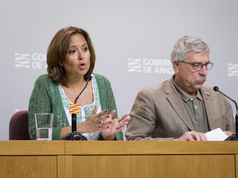 Joaquín Lahoz Gimeno, con su abogada, Cristina Ruiz-Galbe, en los juzgados de Zaragoza.