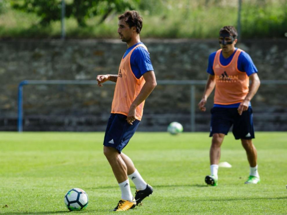 Íñigo Eguaras, con el balón ante la mirada de Zapater, en el entrenamiento matinal del Real Zaragoza del jueves en Boltaña.